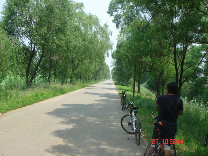 骑行在乡间小路